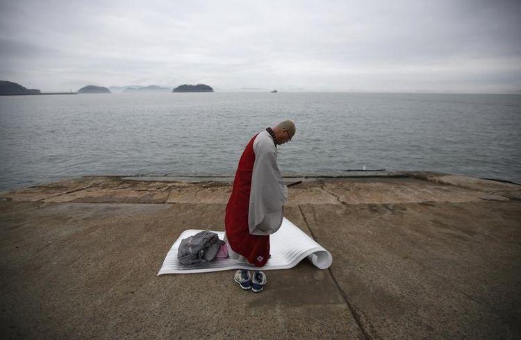 priere sur un port coréen après le drame