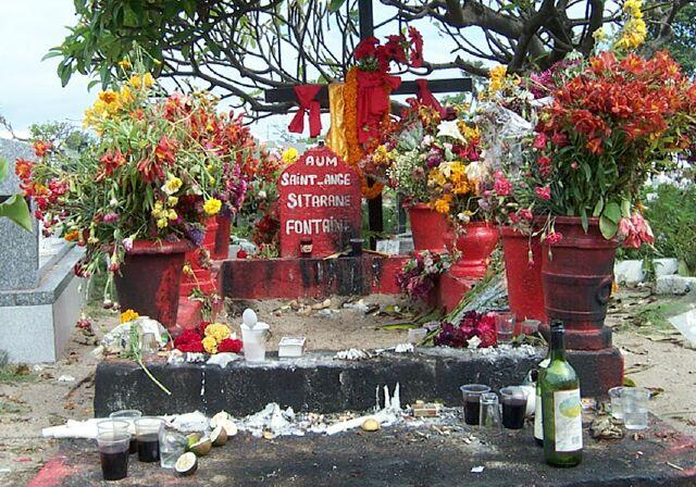 tombe de sitarane fleurs rhum cigarette